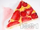 Рецепта Бърза, лесна и вкусна ягодова пита (кекс) с извара, грис и кисело мляко